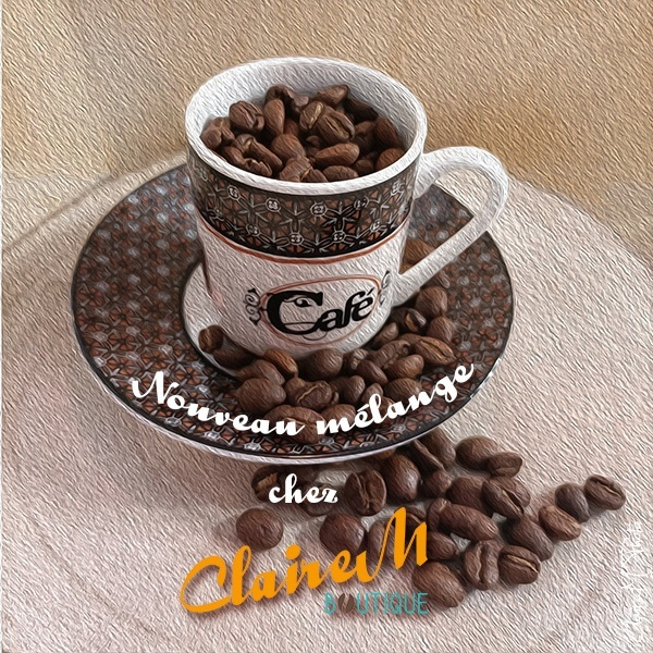 """Une tasse de café remplie du café (en grains pour la photo) """"Mélange naturel"""". La tasse est posée sur une soucoupe et sur un rondin de bois sur lequel des grains de café sont posés"""